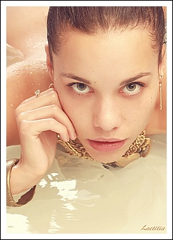 Laetitia beauty in the bath